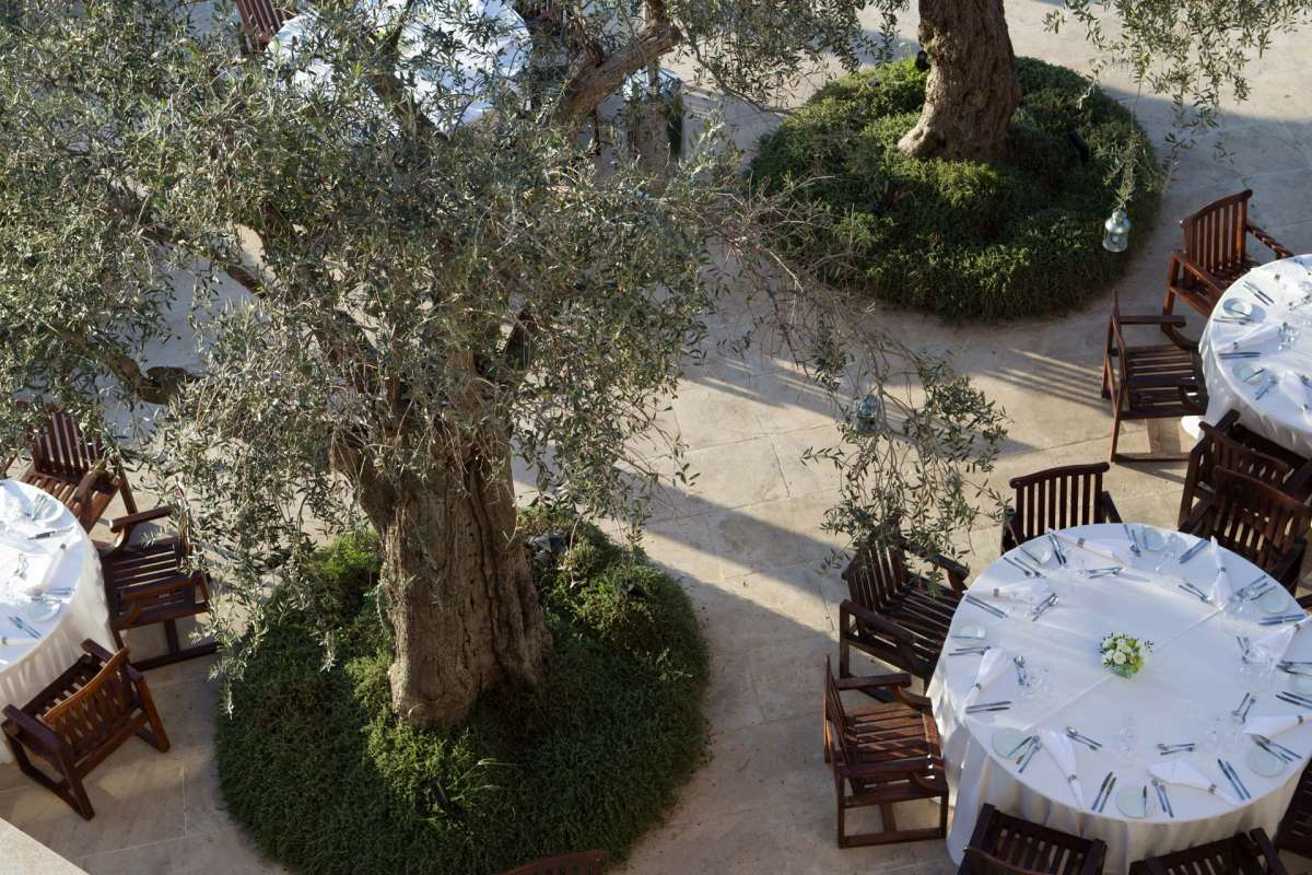Birds eye view on the tables at Helio Restaurant, situated among trees